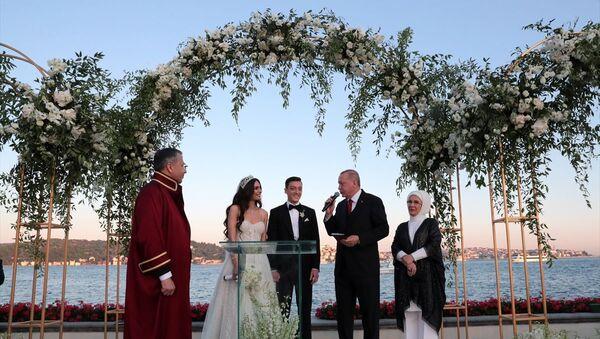 Cumhurbaşkanı Erdoğan Mesut Özil'in nikah şahitliğini yaptı - Sputnik Türkiye