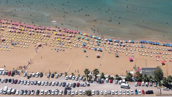 Tatil için Antalya'yı tercih edenlerin turist akını - Sputnik Türkiye