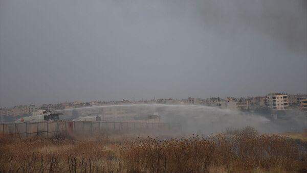 Mardin'in Nusaybin ilçesinde Suriye sınırındaki mayınlı alanda kuru otların tutuşması sonucu yangın çıktı. Yangın, TOMA'ların da kullanıldığı müdahaleyle söndürüldü. - Sputnik Türkiye