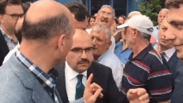 İçişleri Bakanı Süleyman Soylu'ya Trabzon Havalimanı'nda Akıllı ol diye seslenen Mehmet Ali Sivaz, hakkında çıkarılan terör örgütleriyle ilişkili iddialarını yalanladı. Sivas, Geçmişte AK Parti'ye oy verdim. Kendisiyle tokalaşan bir insanım. Kendisinin bana mesaj atmışlığı bile oldu dedi. - Sputnik Türkiye