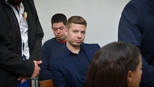 Yair Netanyahu'nun 10 Aralık 2018'de Tel Aviv'de mahkemede verdiği poz - Sputnik Türkiye