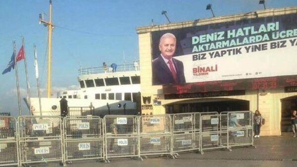 Binali Yıldırım'ın Kadıköy iskelesine asılan afişi  - Sputnik Türkiye