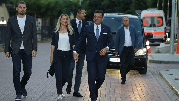 İmamoğlu ortak yayının yapılacağı Lütfi Kırdar Kongre ve Sergi Sarayı'na eşi Dilek  ve büyük oğlu Selim İmamoğlu ile geldi - Sputnik Türkiye