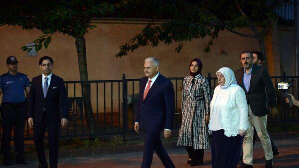 Yıldırım da eşi Semiha Yıldırım ile birlikte İmamoğlu'ndan 4 dakika sonra alana geldi. - Sputnik Türkiye