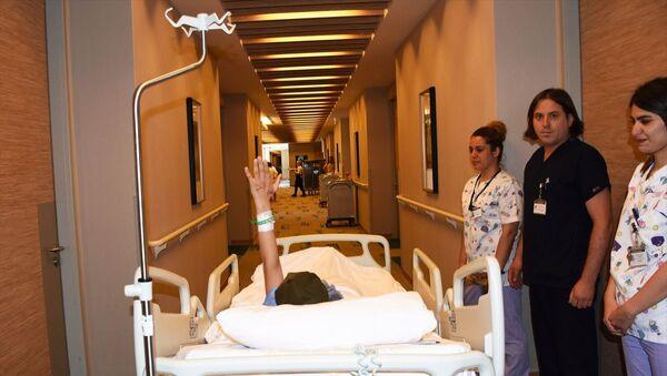 Hatay'ın İskenderun ilçesinde dershaneden evine giderken uğradığı asitli saldırı sonucu sağ gözünü kaybeden ve yüzünün bir bölümü yanan 19 yaşındaki Berfin Özek, Muğla'nın Bodrum ilçesinde ameliyata alındı. Hastanedeki odasından ameliyathaneye götürülen Özek, geriden bakanlara el salladı. - Sputnik Türkiye