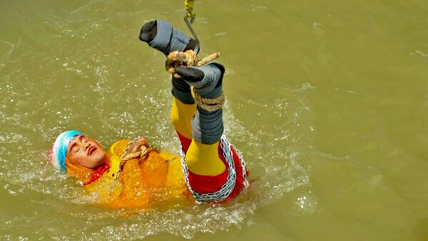 Houdini'nin atlama ve kurtulma numarasını yapmak isteyen Hint sihirbaz Chanchal Lahiri nehirde kayboldu - Sputnik Türkiye