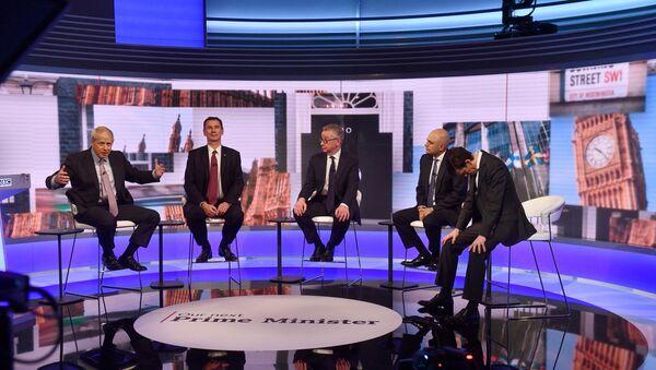 İngiltere'de iktidardaki Muhafazakar Parti'nin liderlik yarışını önde götüren eski Dışişleri Bakanı Boris Johnson diğer adaylarla tartışma programına katıldı. - Sputnik Türkiye