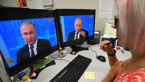 Vladimir Putin ile Direkt Hat programından bir kare  - Sputnik Türkiye