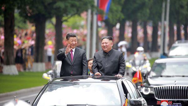 Kuzey Kore lideri Kim Jong-un ve Çin Devlet Başkanı Şi Cinping - Sputnik Türkiye