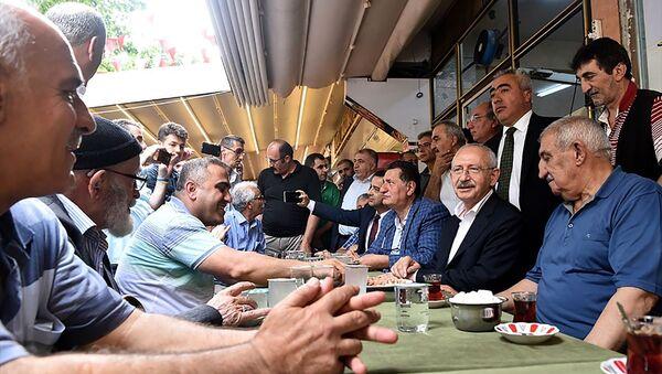 CHP Genel Başkanı Kemal Kılıçdaroğlu, İstanbul'da seçim çalışmaları kapsamında Fatih'teki Zeyrek Kadınlar Pazarını ziyaret etti. - Sputnik Türkiye