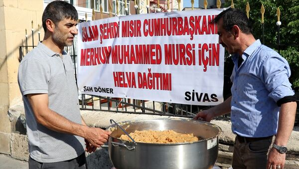 Sivas'ta Mursi için helva dağıtıldı - Sputnik Türkiye