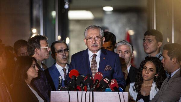 Yüksek Seçim Kurulu (YSK) Başkanı Sadi Güven, YSK önünde açıklamalarda bulundu. - Sputnik Türkiye