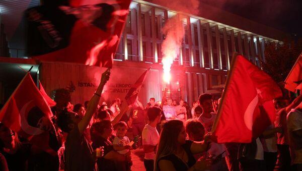 İstanbul Büyükşehir Belediyesi (İBB) önünde seçim kutlamaları - Sputnik Türkiye