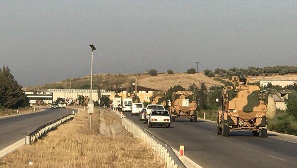 Türk Silahlı Kuvvetleri tarafından Suriye sınırındaki askeri birliklere zırhlı personel taşıyıcısı ve komando takviyesi yapıldı. - Sputnik Türkiye