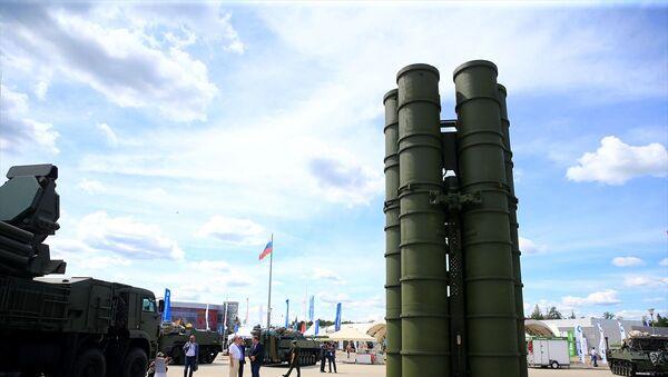 Fuarda, Rusya Savunma Sanayisine ait ağır ve hafif silahlar katılımcıların ilgisine sunulurken, Rus ordusunun kullandığı S-400 ve S-300 hava savunma füze sistemleri, Pantsir-S kısa ve orta menzilli karadan havaya füze ve uçaksavar topçu sistemleri, tanklar, insansız hava araçları, helikopterler ve savaş uçakları sergilendi. - Sputnik Türkiye