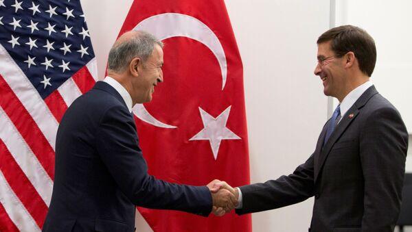 26 Haziran 2019'daki NATO savunma bakanları toplantısında Hulusi Akar-Mark Esper görüşmesi - Sputnik Türkiye