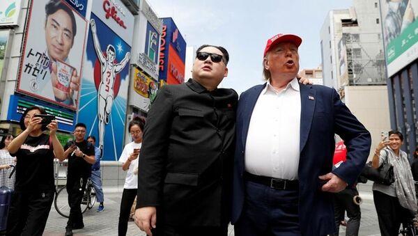Donald Trump ile Kim Jong-un, Osaka sokaklarında yürüdü - Sputnik Türkiye