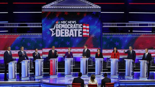 ABD'de 2020'de yapılacak başkanlık seçimleri öncesinde Demokrat aday adayları canlı yayında karşı karşıya geldi.  - Sputnik Türkiye