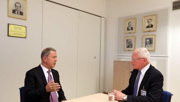 Milli Savunma Bakanı Hulusi Akar ve ABD'nin Suriye Özel Temsilcisi James Jeffrey - Sputnik Türkiye