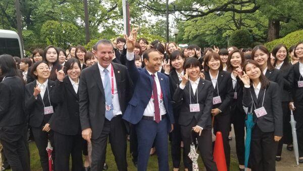 MHP Sivas Milletvekili Ahmet Özyürek, G20 Japonya Zirvesi'nde Japon diplomatlara önce öğretti, ardından Bozkurt işareti yaptırdı. - Sputnik Türkiye