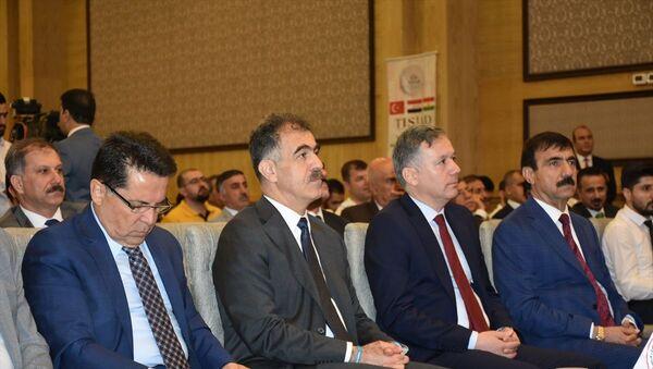 Irak'ın Erbil kentinde, Türkiye-Irak Sanayicileri ve İş Adamları Derneği (TISİAD) ile Irak Kürt Bölgesel Yönetimi (IKBY) İhracat ve İthalatçılar Birliği tarafından ortaklaşa düzenlenen 1.Türkiye-Irak (IKBY) Ticaret ve Yatırım Zirvesi gerçekleştirildi. Zirveye, IKBY Hükümet Sözcüsü Sefin Dizayi (sol2) ve Türkiye'nin Erbil Başkonsolosu Hakan Karaçay (sağ 2) katıldı. - Sputnik Türkiye