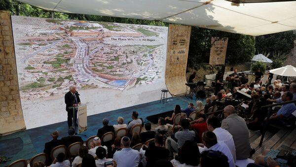 ABD'nin İsrail Büyükelçisi David Friedman Doğu Kudüs'te antik 'Hacı Yolu'nun açılış töreninde konuşurken - Sputnik Türkiye