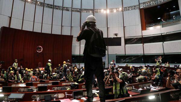 Hong Kong'da protestocular Meclis binasını bastı - Sputnik Türkiye