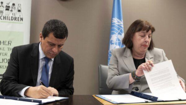 BM Genel Sekreterinin silahlı çatışmalarda çocuklar konusundaki özel temsilcisi Virginia Gamba'nın, 29 Haziran'da BM Cenevre Ofisi'ndebir araya geldiği SDG komutanı Mazlum Abdi ileörgütün ''bünyesindeki çocuk savaşçıları bırakması için'' resmi bir törenle imza attığı eylem planı - Sputnik Türkiye
