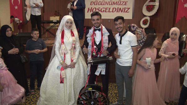 Bir düğünde gelin ve damada takılanlar: Abart egzoz, çelik jant, biberon - Sputnik Türkiye