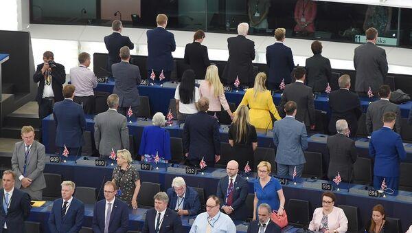 Avrupa Parlamentosu'nun (AP) yeni dönemi İngiliz Brexit partisinden 29 milletvekilinin Avrupa marşı okunduğu sırada sırtını dönerek Avrupa'yı protesto etmesiyle başladı. - Sputnik Türkiye
