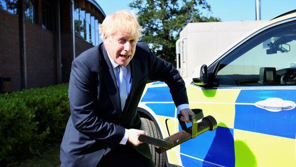 Boris Johnson Reading kentinde polis eğitim merkezini ziyaretinde çeşitli aletlerle ilginç pozlar verdi - Sputnik Türkiye