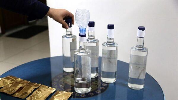 Mersin'de, metil alkolden zehirlenme şüphesiyle 7 kişinin hayatını kaybetmesinin ardından düzenlenen operasyonlarda, alkolleri sattıkları öne sürülen, aralarında daha önce gözaltına alınıp serbest bırakılanların da olduğu 6 şüpheli yakalandı. Zanlıların normalde açılmayan alkol kapaklarını kendi geliştirdikleri bir yöntemle açıp, şişenin üzerinde bulunan bilyeyi sabitledikleri ve sonrasında içerisinde metil bulunan sahte etil alkolü doldurdukları saptandı. - Sputnik Türkiye