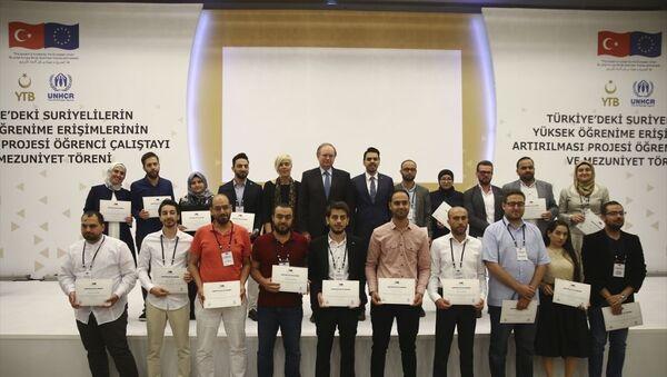 Suriyeli gençlerin, Türkiye'de nitelikli yükseköğrenim imkanlarına erişimlerini arttırmak amacıyla yürütülen Türkiye'deki Suriyelilerin Yüksek Öğrenime Erişimlerinin Artırılması Projesi kapsamında Türkiye'de yüksek öğrenim gören öğrenciler için bir otelde mezuniyet töreni düzenlendi. Törene, Avrupa Birliği (AB) Türkiye Delegasyonu Başkanı Büyükelçi Christian Berger, Yurtdışı Türkler ve Akraba Topluluklar Başkanı Abdullah Eren ve Birleşmiş Milletler Mülteciler Yüksek Komiserliği (BMMYK) Türkiye Temsilcisi Katharina Lumpp da katıldı. - Sputnik Türkiye