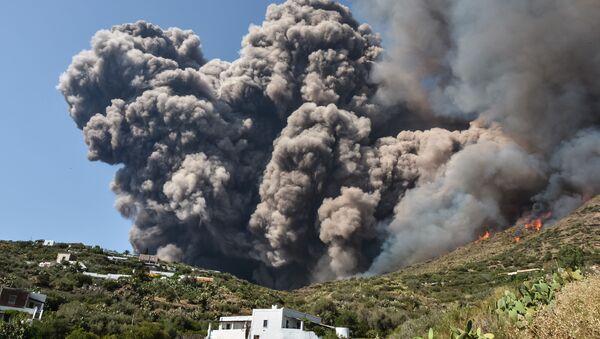 İtalya'nın Stromboli adasındaki yanardağ  - Sputnik Türkiye