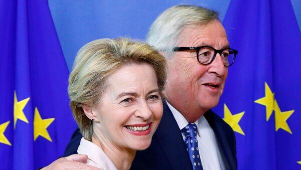 Avrupa Komisyonu Başkanı atanmasına karar verilen Ursula von der Leyen ile selefi Jean-Claude Juncker (sağda) - Sputnik Türkiye