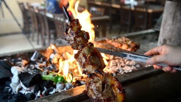 Adana'da kuşbaşı halinde pişirilen etin çabuk kuruduğunu savunan kebap ustası Fatih Cavlak, koyunun sırt bölümünden elde ettiği büyük parça et ve iç yağıyla hazırladığı tarife 'kartalbaşı' adını verdi. - Sputnik Türkiye
