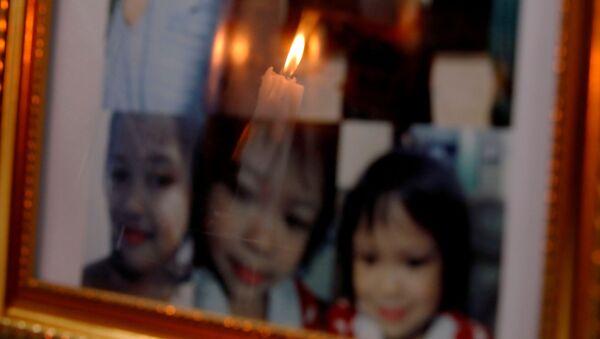 Cenaze töreninde 3 yaşındaki Myca Ulpina'nın fotoğrafları önünde mum ışığı yanarken - Sputnik Türkiye