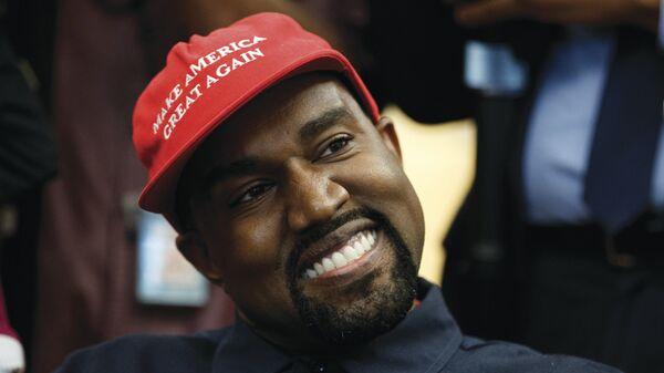 Kanye West, Beyaz Saray'da ziyaret ettiği Donald Trump'ın kampanya şapkasıyla - Sputnik Türkiye