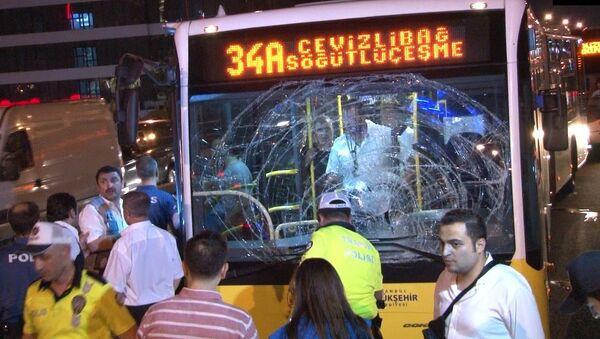 İstanbul'da Cevizlibağ-Söğütlüçeşme seferini yapan metrobüs yolun karşısına geçmeye çalışan 1 yayaya çarptı. Kazada yaya ile metrobüste bulunan 1 yolcu olmak üzere 2 kişi yaralandı.  - Sputnik Türkiye