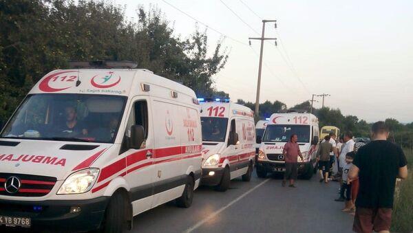 İşçileri taşıyan minibüs, piknik dönüşü kaza yaptı: 12'si ağır 23 yaralı - Sputnik Türkiye