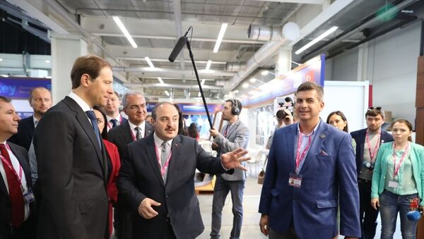 Sanayi ve Teknoloji Bakanı Mustafa Varank, Rusya'nın Yekaterinburg kentinde düzenlenen ve Türkiye'nin bu yıl partner ülke olduğu INNOPROM Uluslararası Sanayi Fuarı'nda Türkiye Milli Fuar Alanı açılışına katıldı. Bakan Varank, Rusya Sanayi ve Ticaret Bakanı Denis Manturov (solda) ve beraberindekiler ile alandaki firmaların stantlarını gezerek bilgi aldı. - Sputnik Türkiye