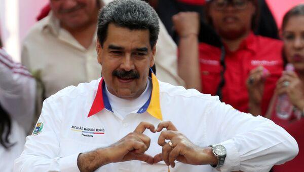 Nicolas Maduro mitingde destekçilerine kalp işareti yaparken - Sputnik Türkiye