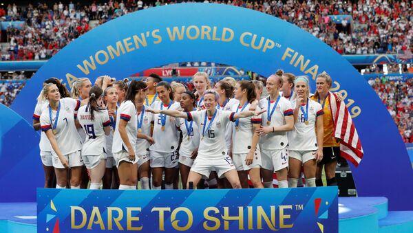 Megan Rapinoe'nin (ortada kolları açık) liderliğindeki ABD takımı, finalde Hollanda'yı yenmesinin ardından, FIFA Kadınlar Dünya Kupası'nın gelmesini beklerken - Sputnik Türkiye
