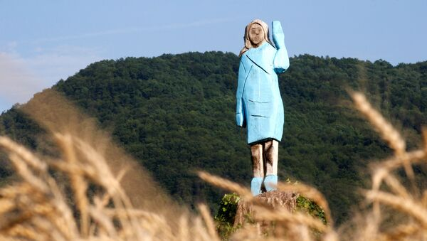 Melania Trump heykeli, Slovenya'nın  Sevnica köyü yakınları - Sputnik Türkiye