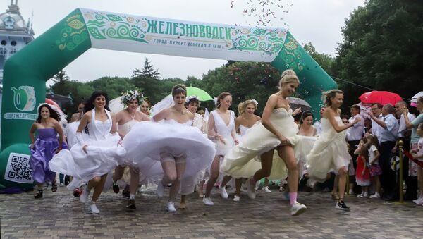 Gelin Yarışları için yarışan gelinlikli kadınlar. - Sputnik Türkiye