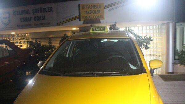 Kısa mesafeyi duyunca yolcuyu araçtan indirmeye çalışan taksici meslekten ihraç edildi - Sputnik Türkiye
