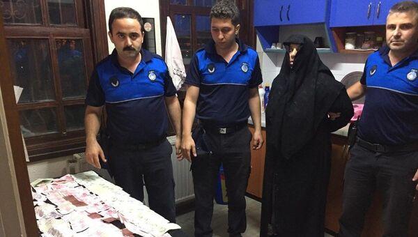 Bursa'da zabıta ve polis ekiplerinin Kültürpark'ta gözaltına aldığı kadının üzerinden 18 bin 205 lira çıktı  - Sputnik Türkiye
