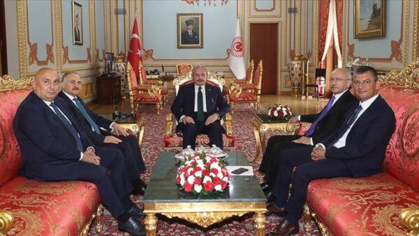 CHP Genel Başkanı Kemal Kılıçdaroğlu, TBMM Başkanı Mustafa Şentop'a, mevcut sistemin büyük ölçüde aksadığını ve Türkiye'ye büyük ölçüde ağır maliyetlere yol açtığını ifade ettiğini söyledi. - Sputnik Türkiye