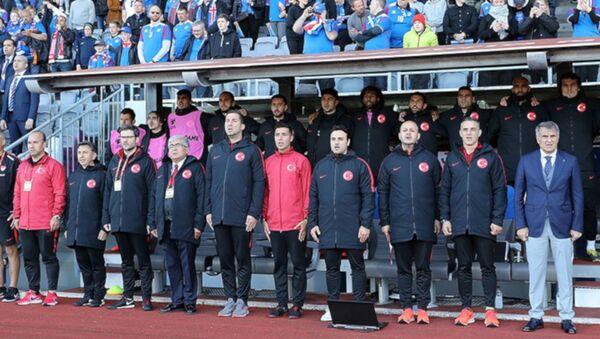 A Milli Futbol Takımı Teknik Direktörü Şenol Güneş'in yardımcılarından Tayfur Havutçu görevinden istifa etti. - Sputnik Türkiye