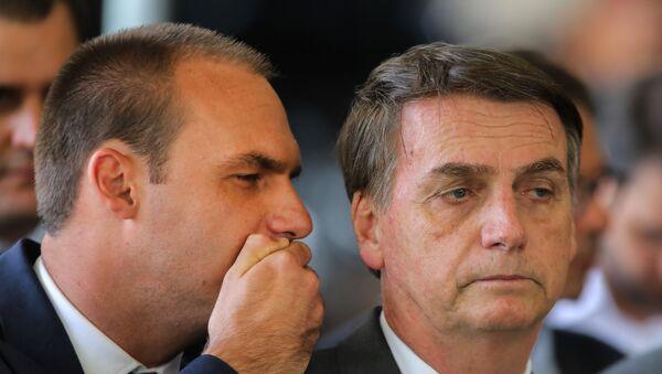 Brezilya Devlet Başkanı Jair Bolsonaro ve oğlu Eduardo Bolsonaro - Sputnik Türkiye